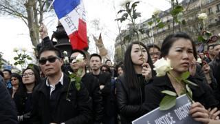 巴黎共和國廣場悼念劉少堯集會現場的年輕華人(2/4/2017)