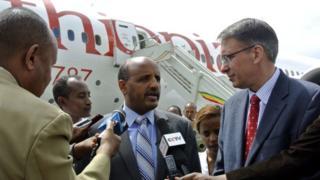 Tewolde Gebremariam, le président-directeur général d'Ethiopian Airlines (au centre)