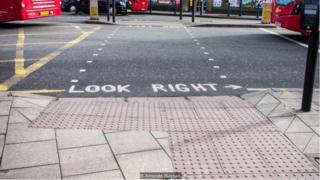 Khu vực có hình chữ L với những mấu lồi nhỏ trên vỉa hè là chỉ dấu cho biết đây là điểm qjua đường có đèn giao thông báo hiệu