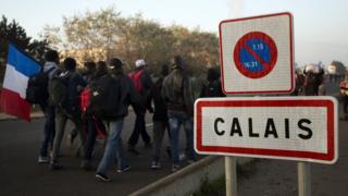 Calais'yi terk eden mülteciler.