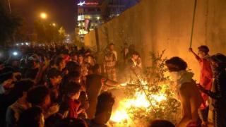 מפגינים עירקים פותחים שריפה מחוץ לקונסוליה האיראנית בעיר הקדושה קרבלה (3 בנובמבר 2019)