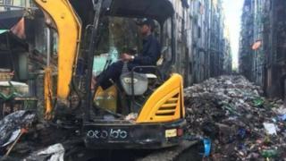 မြို့တော်စည်ပင်မှ နောက်ဖေးလမ်းကြား အမှိုက်ရှင်းနေစဉ်