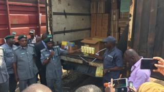 Custom officer dey show tori pipo di drugs wey dem seize