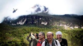 Investigadores junto a la montaña Pico da Neblina.