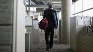 Homem saindo do trabalho