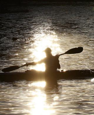 Canoeist paddling on the Emmarentia Dam