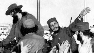 1959年1月,击败巴蒂斯塔后不久,卡斯特罗在古巴首都向人群招手