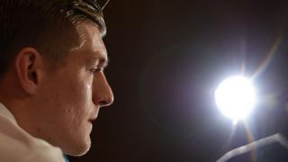 Selon le site de Marca, quotidien espagnol, Toni Kroos pourrait être absent pendant trois mois.