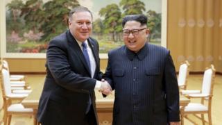 平壌で金正恩(キム・ジョンウン)朝鮮労働党委員長(右)と握手するマイク・ポンペオ米国務長官
