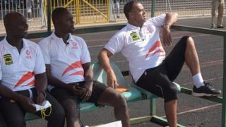 Le technicien Britannique Steven Polack, avec deux de ses collaborateurs, lors d'un match à Accra.