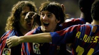 لیونل مسی ( ۲۰۰۵) برای اولین بار در فصل ۰۵- ۲۰۰۴ در یک دیدار رسمی برای تیم اصلی بارسا بازی کرد؛ او سال پیش از آن در یک بازی دوستانه برای این تیم به زمین رفته بود.