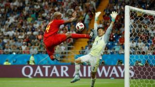Bek Belgia Vincent Kompany (kiri) mencoba mencetak gol melawan kiper Jepang Eiji Kawashima selama pertandingan antara Belgia dan Jepang pada 2 Juli