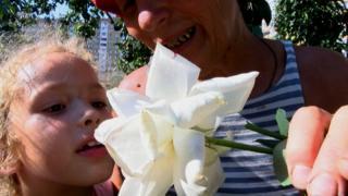 За словами пані Наталі, троянди на її подвір'ї пахнуть козячим молоком