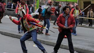 hombres lanzan piedras