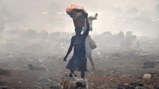 Человек на свалке в Сьерра Леоне
