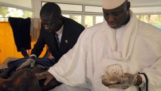 Yahya Jammeh memberikan ramuan herbal anti-HIV buatannya pada 2007