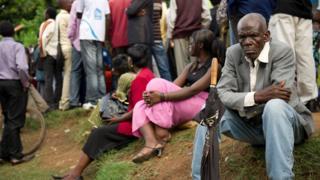 Des électeurs congolais qui attendent leurs cartes de vote devant le bureau de la commission électorale