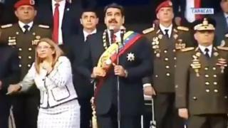 الرئيس الفنزويلي مادورو لحظة سماع دوي الانفجار كما ظهر في تسجيل فيديو