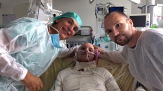 Maurice Mimounel, a cargo de la operación, Franck (el paciente) y su hermano gemelo Eric (el donante).