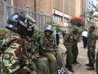 La police devant le siège de la commission électorale (IEBC)