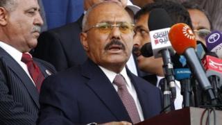Inyeshyamba z'aba Houthi nizo zishe Bwana Saleh (hagati) mu muhanda igihe yarimo ahunga umurwa mukuru Sanaa.