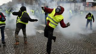 Gilets Jaunes protesting