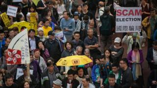 約一千人走上香港街頭,要求在特首選舉中有更多的發言權