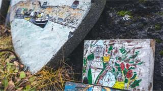 Камни с изображением эльфов