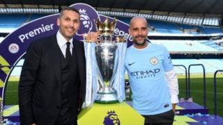 Umukuru wa Manchester City Khaldoon Al Mubarak (i bubamfu) ari kumwe n'umumenyereza wayo Pep Guardiola