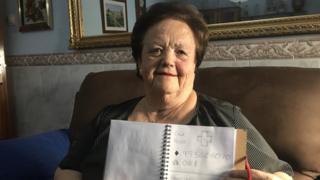 奶奶手中拿著的就是孫子給她畫的通訊錄