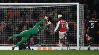 Danny Welbeck marquant le 3e but d'Arsenal d'un coup de tête.