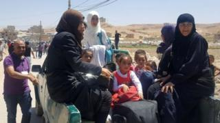 سوريون يغادرون إلى إدلب