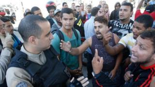 População discute com agentes da Polícia Rodoviária Federal em posto de gasolina de São Cristovam