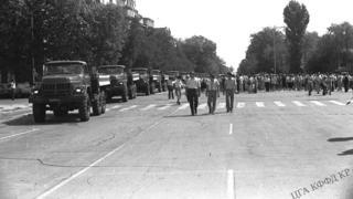 """1938-жылы """"улутчул, эл душманы"""" деген жалаа менен атылган 137 адамдын сөөгүн кайра жерге берүү, 1991-жыл, Бишкектин Эски аянты"""