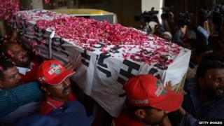 Pakistani relatives and volunteers carry the coffin of the convicted activist Saulat Mirza, after his execution in Karachi on 12 May, 2015