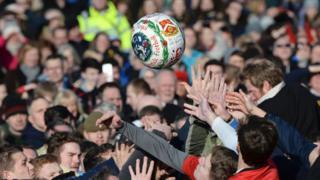 El juego anual atrae a miles de personas al Ashbourne, pueblo ubicado en el cetro de Inglaterra.