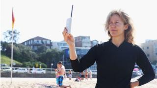 "Karen Adler en Sídney, Australia, con un medidor de ""electrosmog""."
