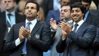 خلدون المبارک(چپ) ، رئیس و شیخ منصور(راست)، مالک منچستر سیتی از سال ۲۰۰۸ هدایت باشگاه را به عهده گرفتهاند