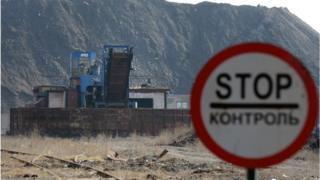 Знак Стоп біля Донецького металургійного заводу