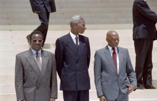 Habib Thiam (à gauche) est accompagné des président Abdou Diouf et Abdouaye Wade