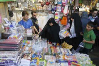 خانمی در حال خرید در بازار