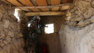 سرباز ارتش در پاسگاهی در قندوز
