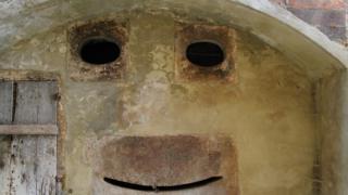 Uma parede na Toscana, Itália, que lembra um rosto sorridente