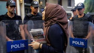 Una mujer protesta tras el cierre de un diario en Ankara.