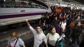 Demonstrators, most of them students, leave after five hours blocking the tracks at Sants train station during a protest against the imprisonment of pro-independence leaders and demanding their freedom, in Barcelona, northeastern Spain, 08 November 2017.