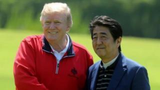 Minisitiri w'intebe w'Ubuyapani, Shinzo Abe (iburyo) yakinnye umukino wa golf ho gato na Perezida Donald Trump (ibumoso) w'Amerika