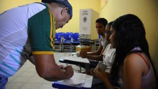 eleitor vota em 2014