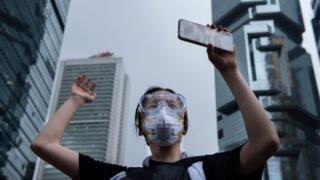 Manifestante con su teléfono móvil.