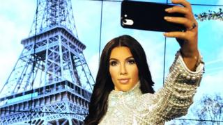 Kim Kardashian dey snap selfie.