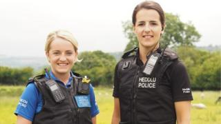 PCSO Caryl Griffiths a'r Cwnstabl Esther Davies